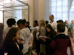 Les élèves prennent des notes pour le journal web